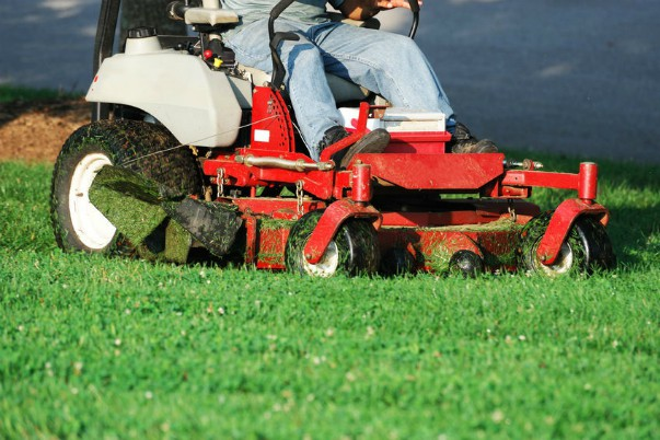 lawn_tractor_48477239_s600x400.jpg